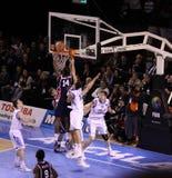Eintauchende Kugel des Basketball-Spielers Lizenzfreie Stockfotos
