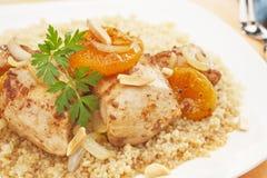 Eintopfgericht-Huhn-Aprikose Tagine mit Couscous stockbild