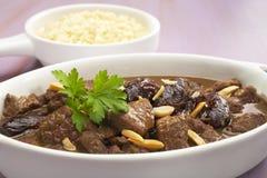 Eintopfgericht-marokkanisches Lamm Tagine mit Daten und Mandeln stockbilder