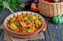 Eintopfgericht mit Huhn und Gemüse Stockfotografie