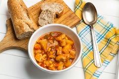 Eintopfgericht mit Kartoffeln und Huhn stockfotos
