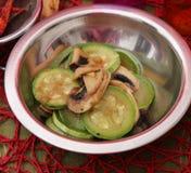 Eintopfgericht mit Zucchinis und Pilzen Stockfotografie