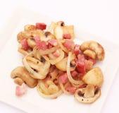 Eintopfgericht von Pilzen mit Speck Stockbilder