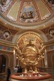 Eintrag zum venetianischen Hotel mit goldener Armillary Kugel lizenzfreie stockfotos