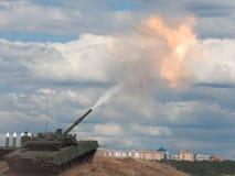 Eintragfaden. Russischer Hauptpanzer. Stockbilder