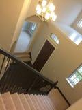 Eintritt und Treppenhaus in einem neuen Haus Lizenzfreie Stockfotografie