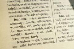 Eintritt vom Wörterbuch von Synonymen und von Antonymen für das Wort 'weiblich ' Unscharfer Hintergrund, zum sich auf das Wort zu stockfoto
