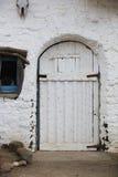 Eintritt zu einem alten Gebäude des luftgetrockneten Ziegelsteines Stockbilder