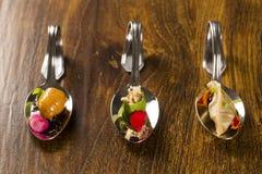Eintritt, Zutritt und Nachtisch des Fingerfoods in einem Löffel lizenzfreie stockbilder