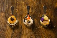 Eintritt, Zutritt und Nachtisch des Fingerfoods in einem Löffel lizenzfreie stockfotos