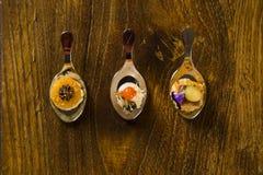 Eintritt, Zutritt und Nachtisch des Fingerfoods in einem Löffel lizenzfreies stockbild
