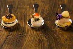 Eintritt, Zutritt und Nachtisch des Fingerfoods in einem Löffel lizenzfreie stockfotografie