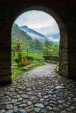 Eintrittsbogen zum mittelalterlichen Dorf Stockbilder