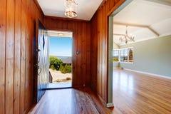 Eintrittshalle mit offener Tür Stockbilder