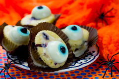 Einäugige kleine Kuchen für Halloween-, lustige und furchtsamefestlichkeit für Kinder Stockbilder