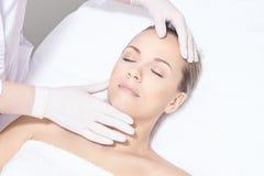 Einwachsen des Frauenbeines Zuckerhaarabbau Laser-Service epilation Verfahren des Salonwachs-Kosmetikers stockfotografie