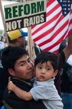 Einwandernde Familien an dem März Stockfoto