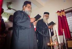 Einweihungsfeierrituale in orthodoxer Kirche Keralas Malankara - Priester beten für das Haus stockbilder
