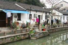 Einwohner der alten Wasserstadt Suzhou entlang dem Kanal, China Lizenzfreie Stockbilder