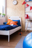 Einzelbett mit blauer Bettwäsche Lizenzfreie Stockfotos