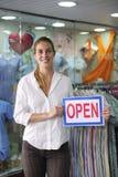 Einzelhandel: Speicherinhaber mit geöffnetem Zeichen Lizenzfreies Stockbild