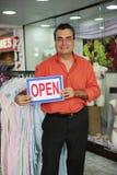 Einzelhandel: Speicherinhaber mit geöffnetem Zeichen Stockbild