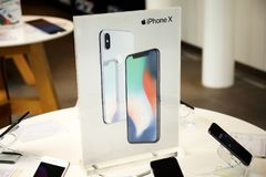 Einzelhandelsgeschäfte Apple Stores, die iPhone X und das iPad Pro behandeln Lizenzfreie Stockfotografie