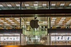 Einzelhandelsgeschäfte Apples Käufer, die Apple-Produkte und -einkauf ausprobieren Gefunden in der Mitte des internationalen Fina Stockbilder