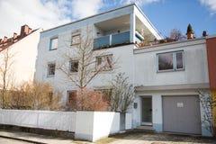 Einzelhaus mit flacher Spitze Stockfoto