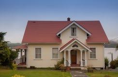 Einzelhaus mit Portal Lizenzfreie Stockfotografie