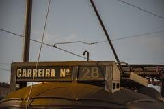 Einzelheit der Straßenbahn des Gelbs 28 von Lissabon in Portugal Stockbild