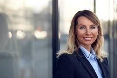 Einzelne überzeugte und attraktive weibliche Geschäftsfrau Stockfotos