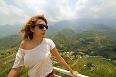 Einzelne attraktive Frau auf ausgezeichnetem Bergblick stockfotos