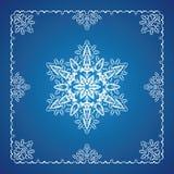 Einzelne ausführliche Schneeflocke mit Weihnachtsrand Lizenzfreie Stockfotos