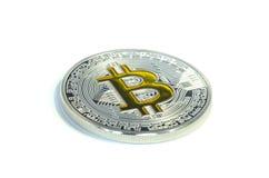 Einzelne Bitcoin-Münze, die auf weißen Hintergrund legt stockbilder