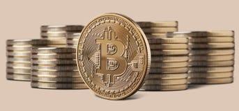 Einzelne bitcoin Münze, die vor Stapeln Münzen steht Lizenzfreie Stockbilder
