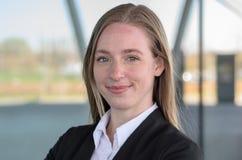 Einzelne blonde Berufsfrau, die draußen lächelt Lizenzfreies Stockfoto