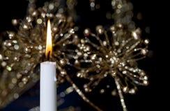 Einzelne brennende Kerze 2 Stockbild