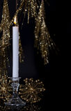 Einzelne brennende Kerze Lizenzfreies Stockfoto