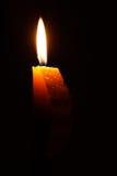 Einzelne brennende Kerze mit durchaus Flamme Lizenzfreie Stockfotos