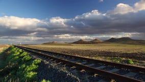 Einzelne Eisenbahnlinie bei Sonnenuntergang stock footage