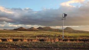 Einzelne Eisenbahnlinie bei Sonnenuntergang stock video