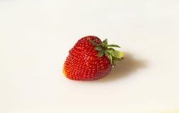 Einzelne Erdbeere auf Weiß Lizenzfreie Stockfotos