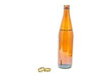 Einzelne Flasche Bier und Kappen stockfoto