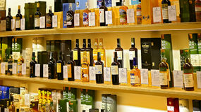 Einzelne Flaschen des schottischen Whiskys des Malzes auf Regalen stockfoto