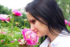 Einzelne Frau mit Blume Stockfoto
