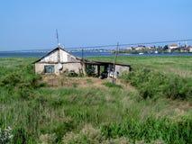 Einzelne Hütte auf der Küste unter den Schilfen an einem klaren sonnigen Tag Lizenzfreie Stockbilder