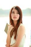 Einzelne junge Frau lizenzfreie stockbilder
