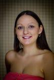 Einzelne junge Frau gegen Vignetted Hintergrund Stockbild