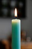 Einzelne Kerze am Abendtische Stockbild